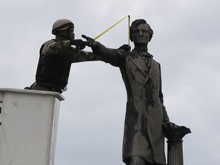 Ky. governor favors keeping Confederate statues